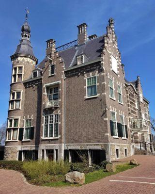 Villa De Burgh (1912), ooit van de familie Smits van Oyen op landgoed Glorieux, Eindhoven.  . . #villadeburgh #rijksmonument #landgoedglorieux #glorieux #stratum #eindhoven #architectuurfotografie #camper_no_mad